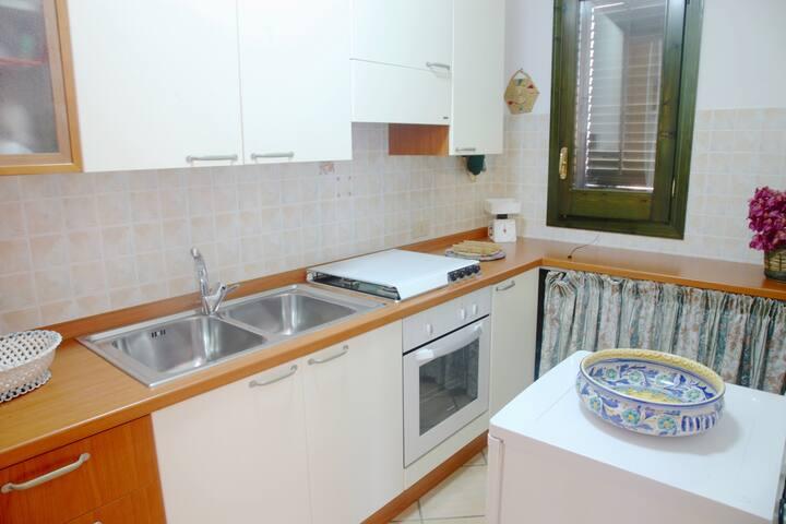 Fully Equipped Kitchen: oven, hob,  fridge, kitchen utensils, cleaning products.   Cucina Completa: forno, piastra, frigorifero, utensili da cucina, prodotti per le pulizie.