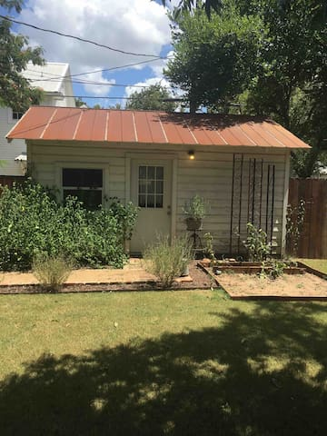 1 bedroom Guesthouse - Historic Smithville, Texas