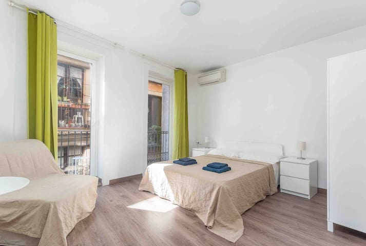 3 people room in the Gothic quarter, center BCN