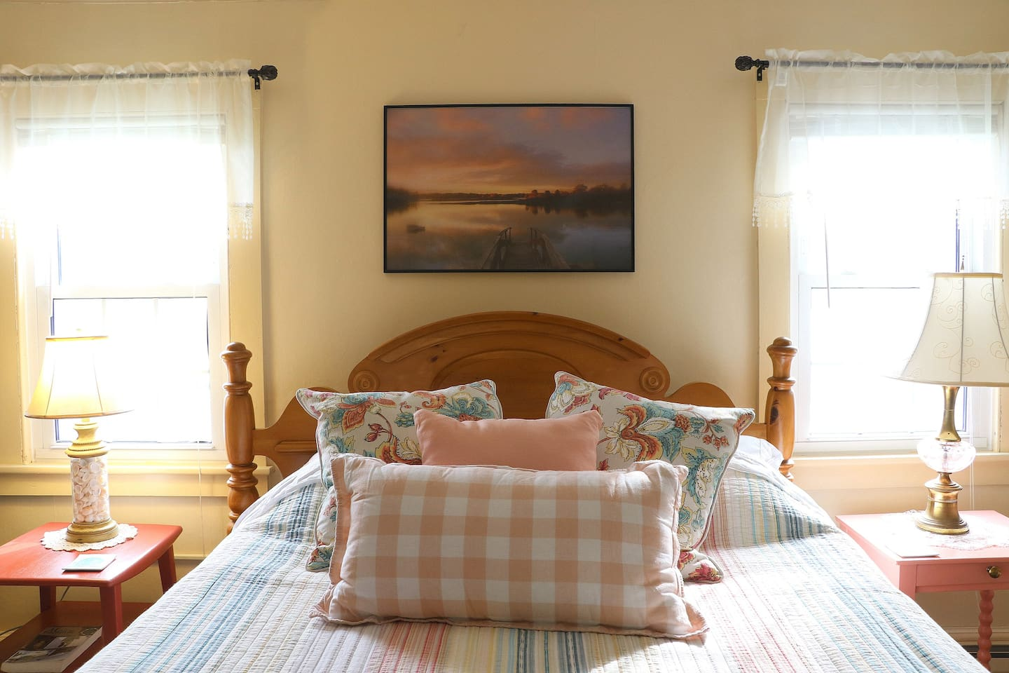 Comfy Queen Size Bed in spacious room with a view!