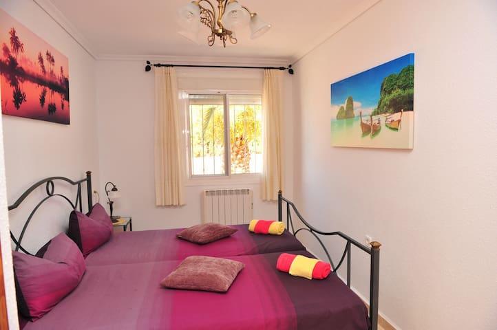 2e slaapkamer is een Master bedroom met een ingebouwde kast.