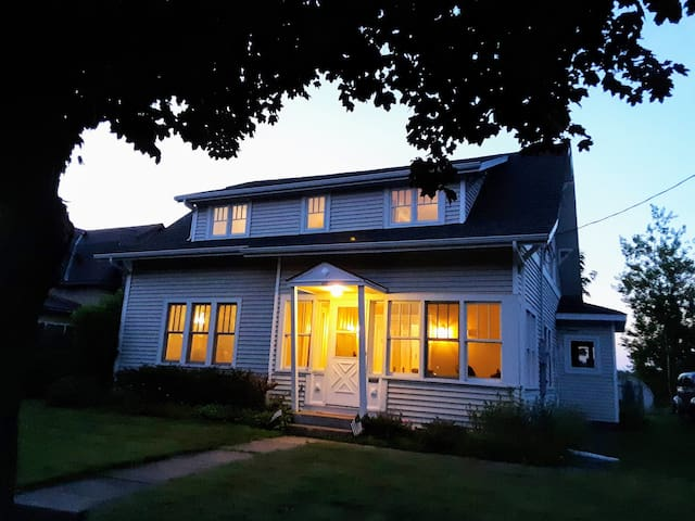 The Cottage of Ladysmith - Water Front+Antique Bed