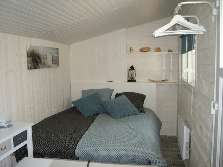 petite chambre chaleureuse dans cabanon