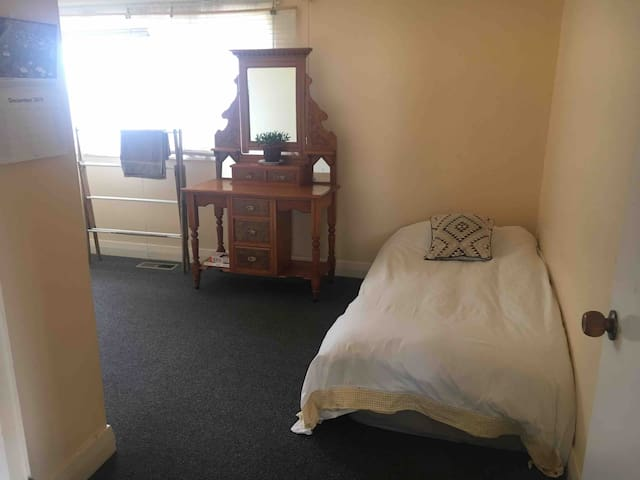 Peaceful Purrumbete Retreat. Private Single room.