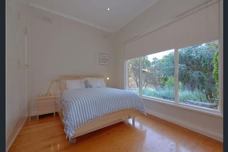 Adelaide Hills relaxing room on rural property - Harrogate