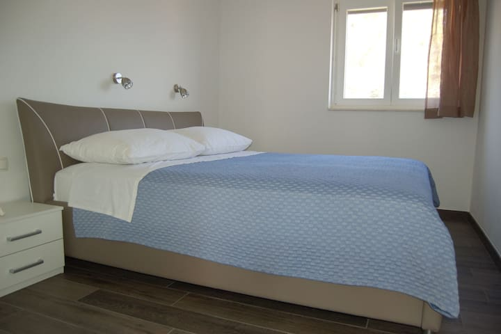 Tranquila casa de vacaciones con terraza cubierta en Verunić