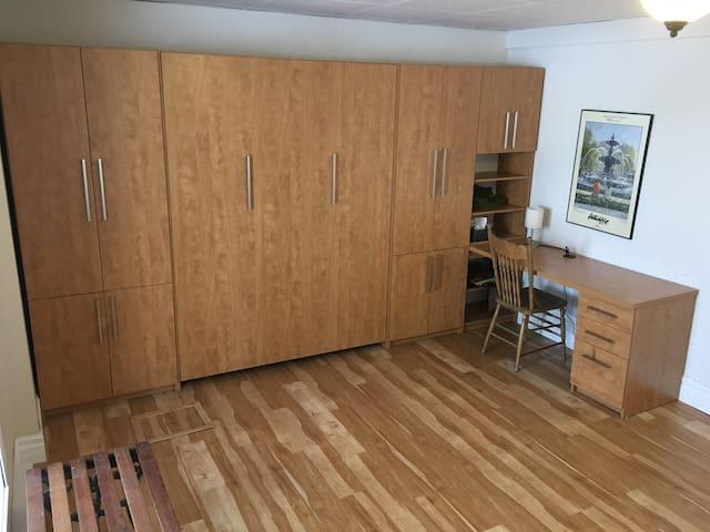 Chambre no:2, lit escamotable double plus un lit escamotable simple Un bureau y est installé pour faciliter le télétravail