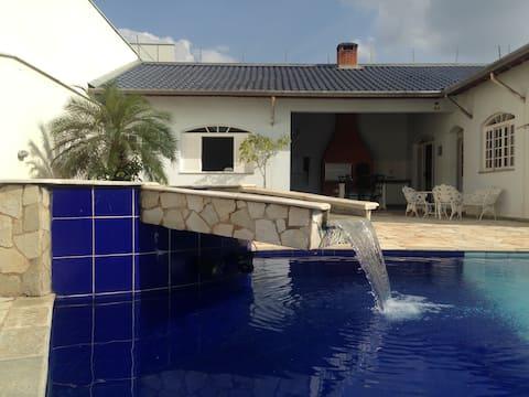 Edícula de hóspedes com piscina