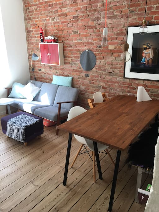 Stuen. Spisebord og sofa