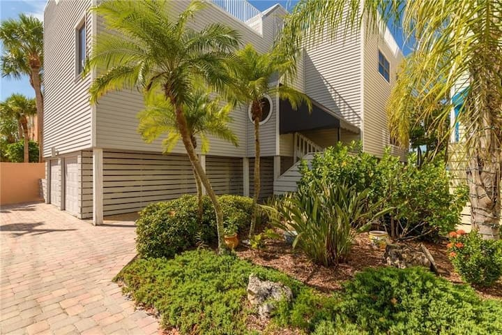 Siesta Key townhouse steps to the beach & Village