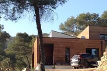 Belle villa en bois avec piscine en pleine pinède