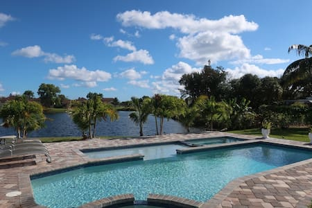 PEACEFUL WATERFRONT-5B/3B PRIVATE POOL SPA THEATER