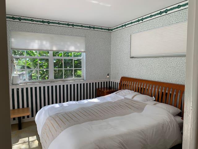 Private room in Garden home, bright sunny. AC WiFi