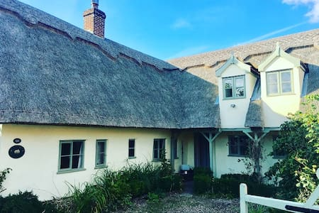 Picturesque Thatched C17 Cottage - Large Hot Tub