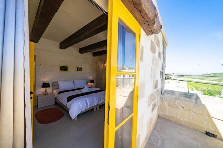 Ta Pinu BnB - Amber Yellow Triple Room