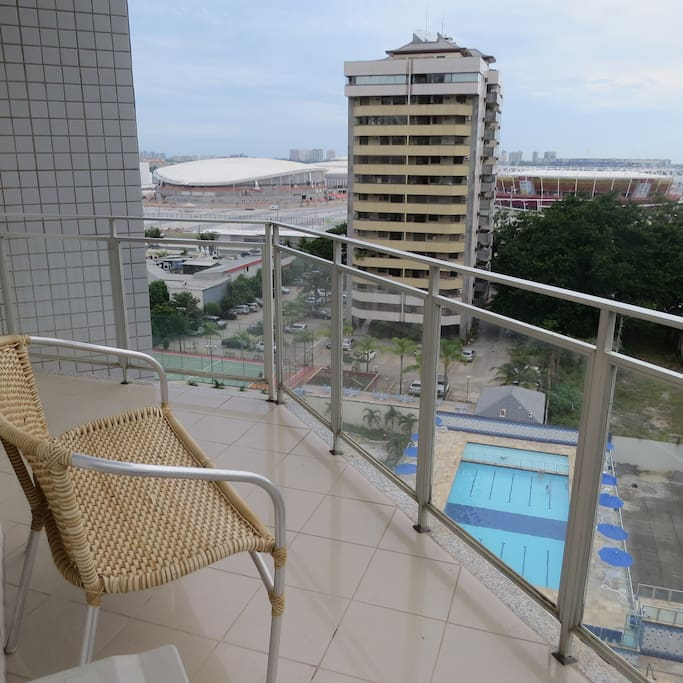 Varanda com vista para a piscina e as arenas do parque olímpico (final das obras)