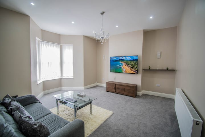A Modern King Size Bedroom for 2 in City Centre