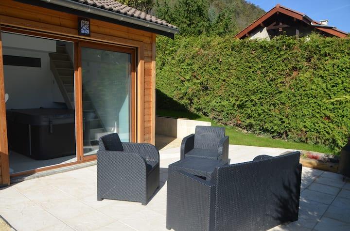 Location Uriage avec jacuzzi et terrasses .