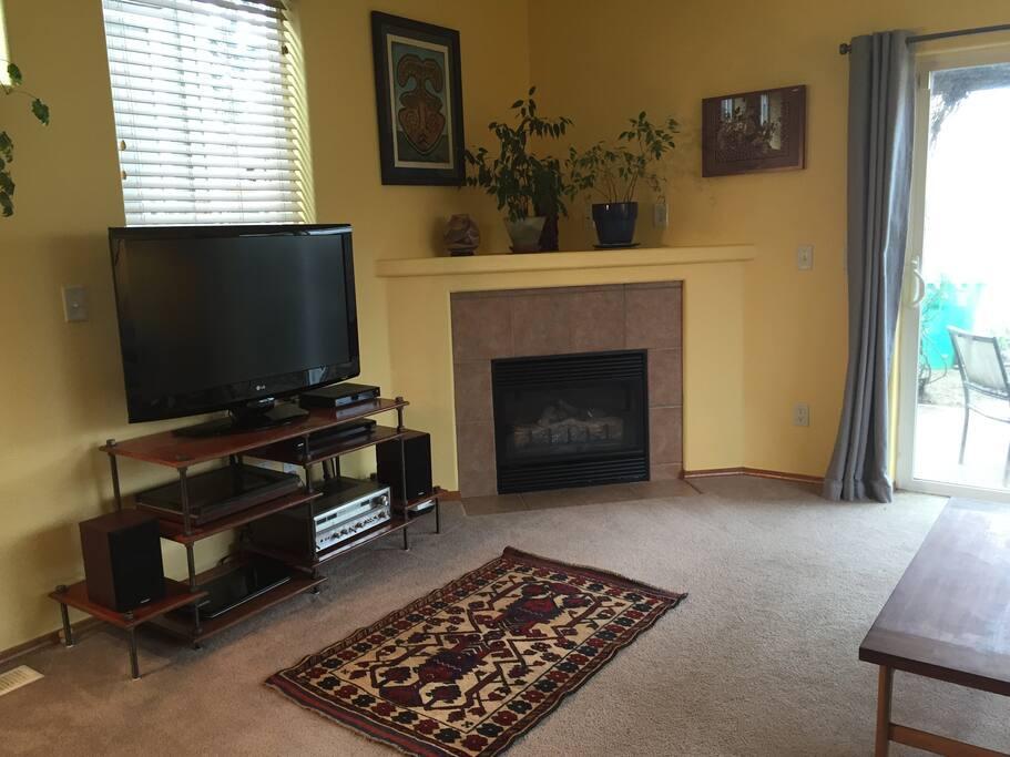 Flat screen TV, gas fireplace