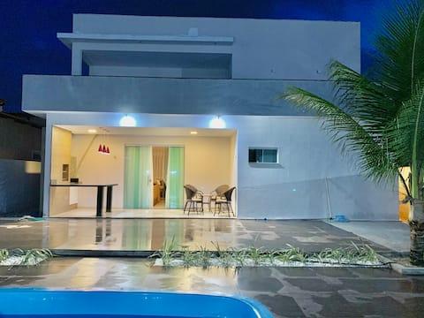 Linda casa com piscina em condomínio fechado