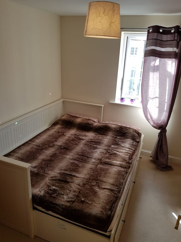 Cosy, modern spare room close to City