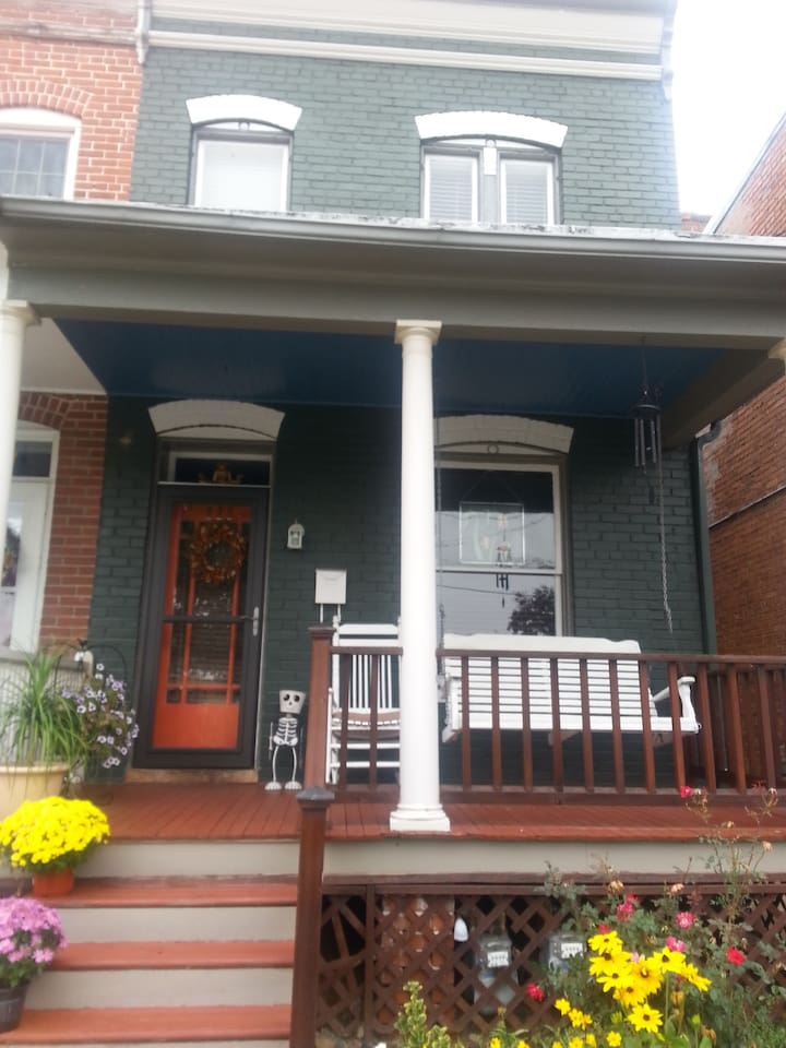Duplex in downtown Frederick, within walking distance to shopping, dining, Baker Park, Carroll Linear Creek, Weinberg Theater, and so much more!