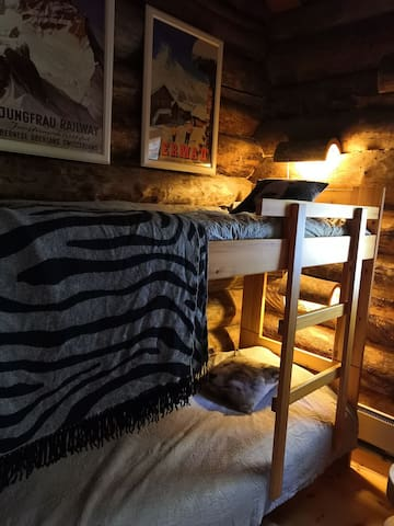 Toisessa pienessä makuuhuoneessa on kerrossänky.