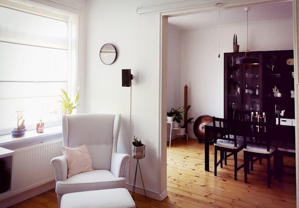 Wohnzimmer und Esszimmer.