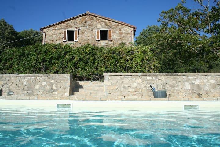 Casale met zoutwater zwembad in Umbrie (5 bij 13m)
