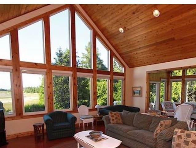 Gorgeous Oliphant Lakehouse -Spectacular Views!