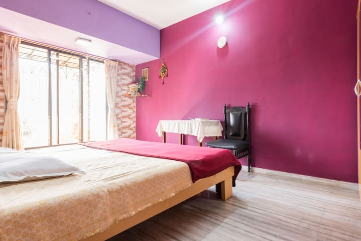 Spacious room near Oberoi Mall (Woman Only)