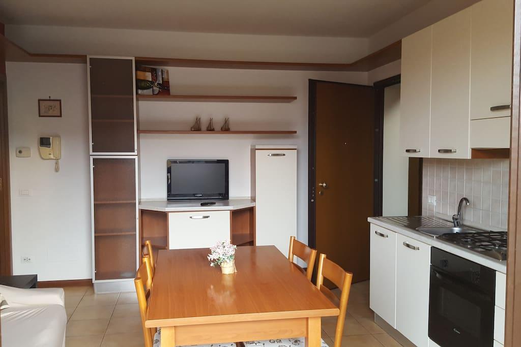 Cucina con piano cottura attrezzato per una lunga permanenza con divano letto,per il 3° ospite