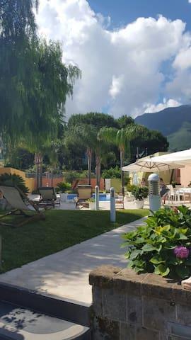 Due Camere in villa con piscina - Castellammare di Stabia - Hus