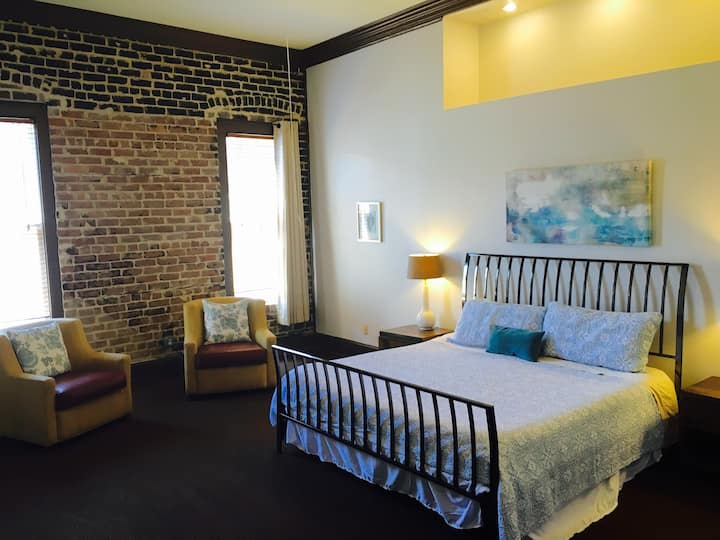 Telfair Loft 214: By Restaurants, Bars, Museums!