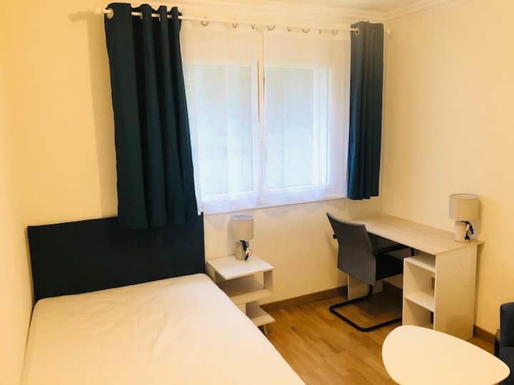 Belle chambre avec parquet massif - RER B