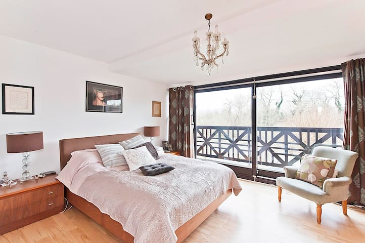 Double Room, ensuite overlooking river with pool - Twickenham