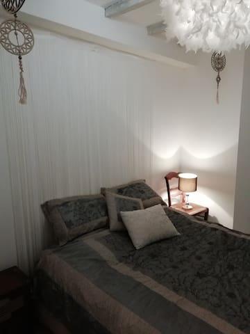 Petite chambre cosy avec 1/2 salle d'eau