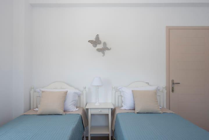 single beds(bedroom)