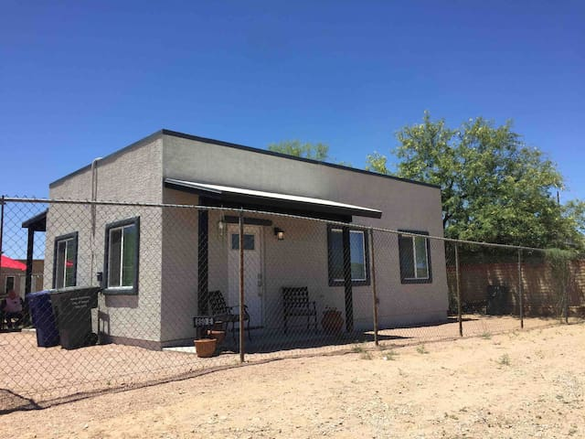 Cozy 2 bed casita! Minutes from U of A & downtown!
