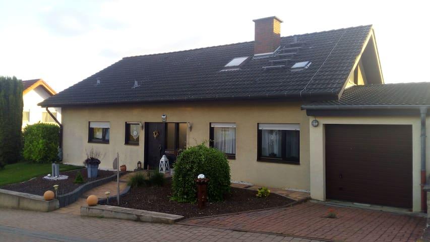Lenas Ferienzimmer (mit Küche) - Biebelnheim - Huis