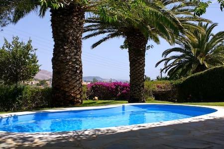Villa Lago w/ Pool, 2' walk to the Beach