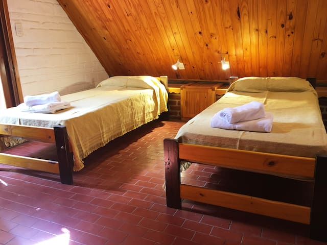 Segundo dormitorio con dos camas individuales.