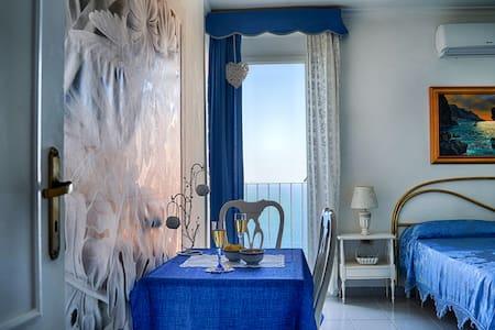 B&B- Il Bacio di Capri (sea and sunset view room)