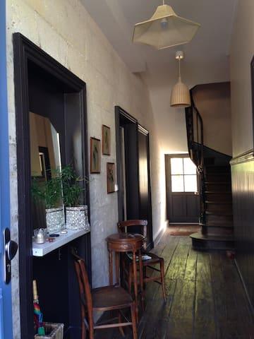 chambres dans vieille maison accueillante - Angoulême - Casa