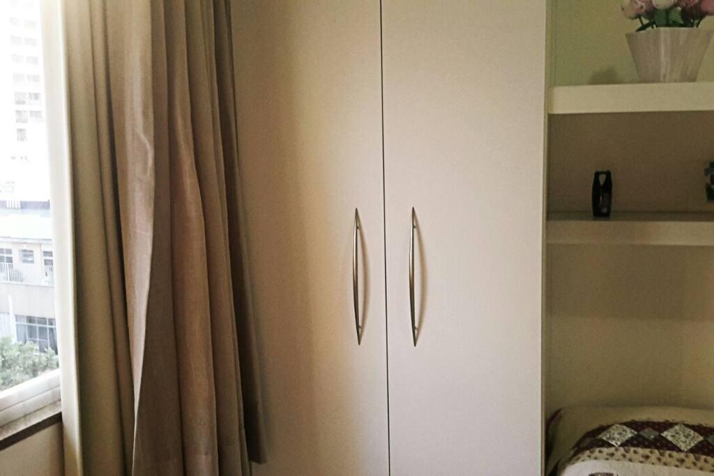 Armário do quarto parcialmente cedido para o hospede