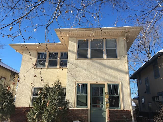 Charming 1 Bedroom  2 miles from DT Mpls - shared