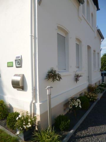 alte VILLA 30 qm Zimmer eigenes neues Bad WLAN TV - Ebernhahn - Huis