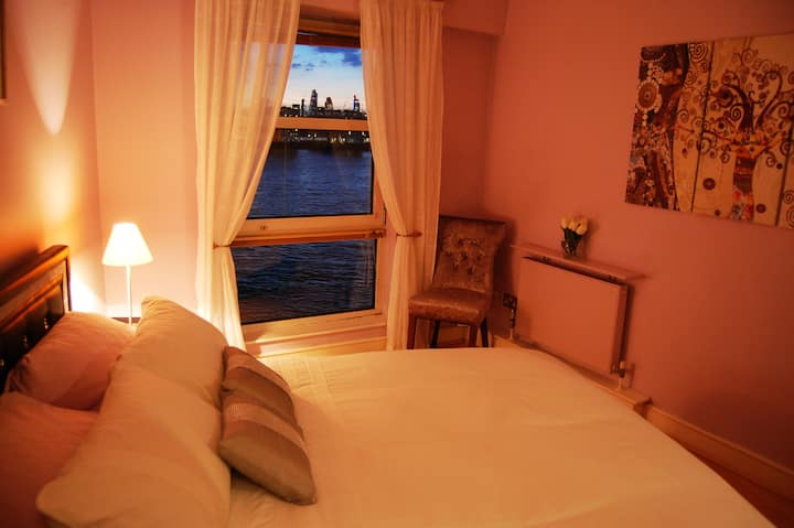 Luxury two bed riverside apartment Canary Wharf