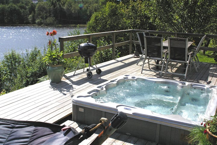 Vacation house with jacuzzi right beside a lake
