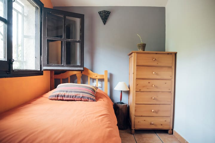double room in a beautiful stone house with garden - Albarracín - Apartament